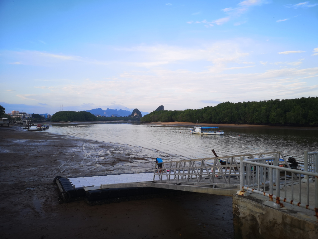Vue sur la rivière et les collines au loin de Krabi