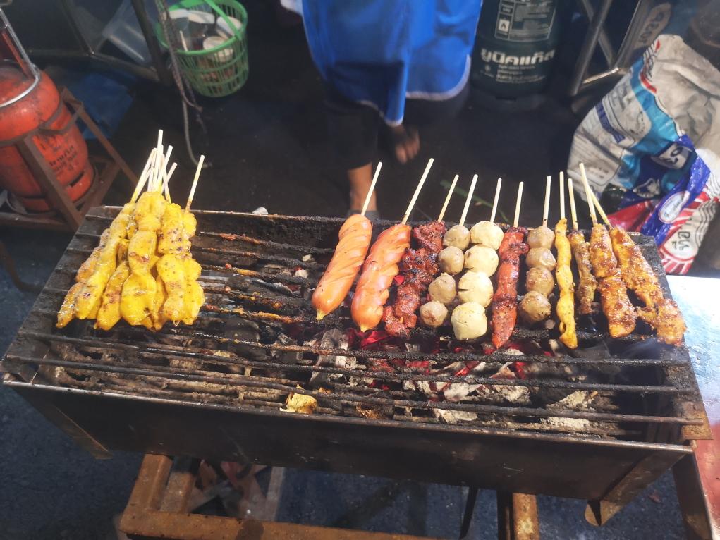 Barbecue de rue au marché nocturne de Krabi