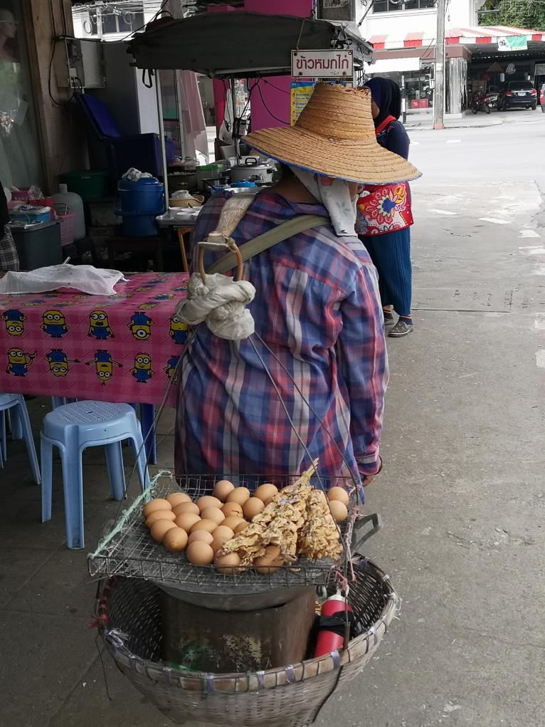 La marchande d'œufs qu'on a vu arpenter les rues tous les matins à Krabi