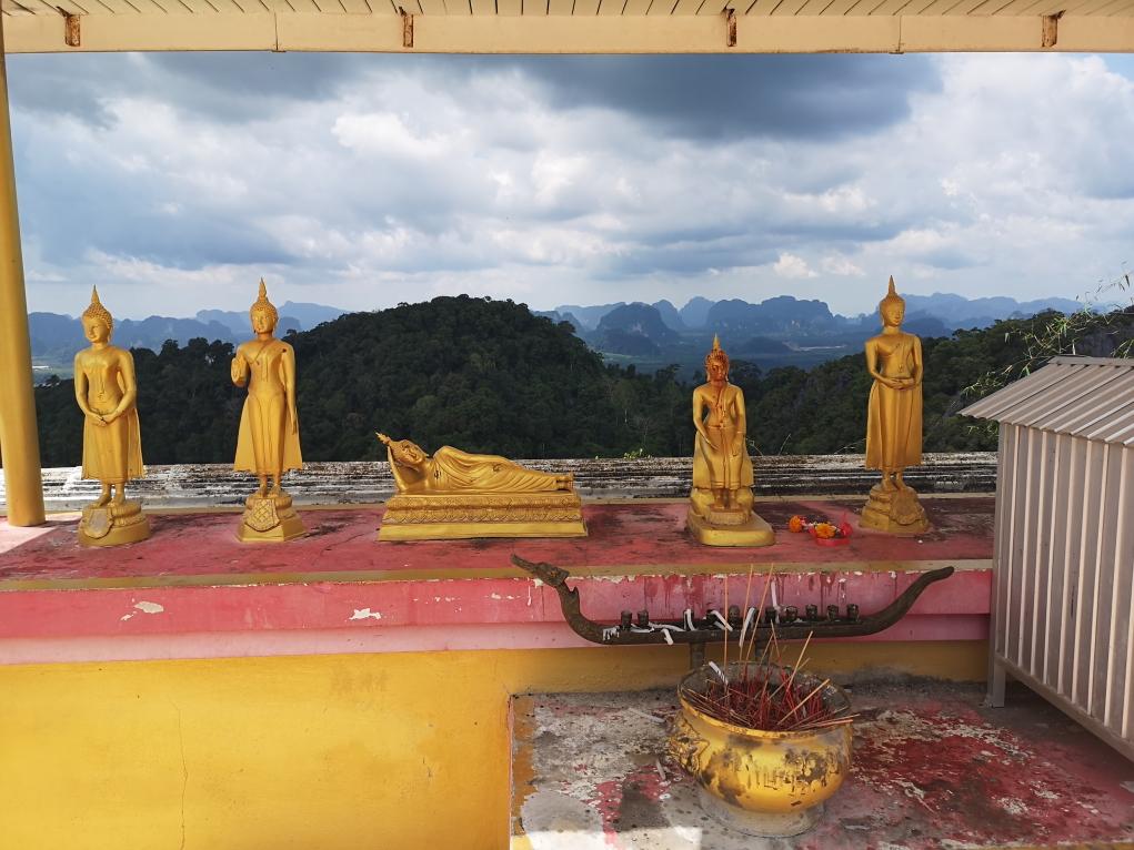 Des statuettes de Bouddha au sommet