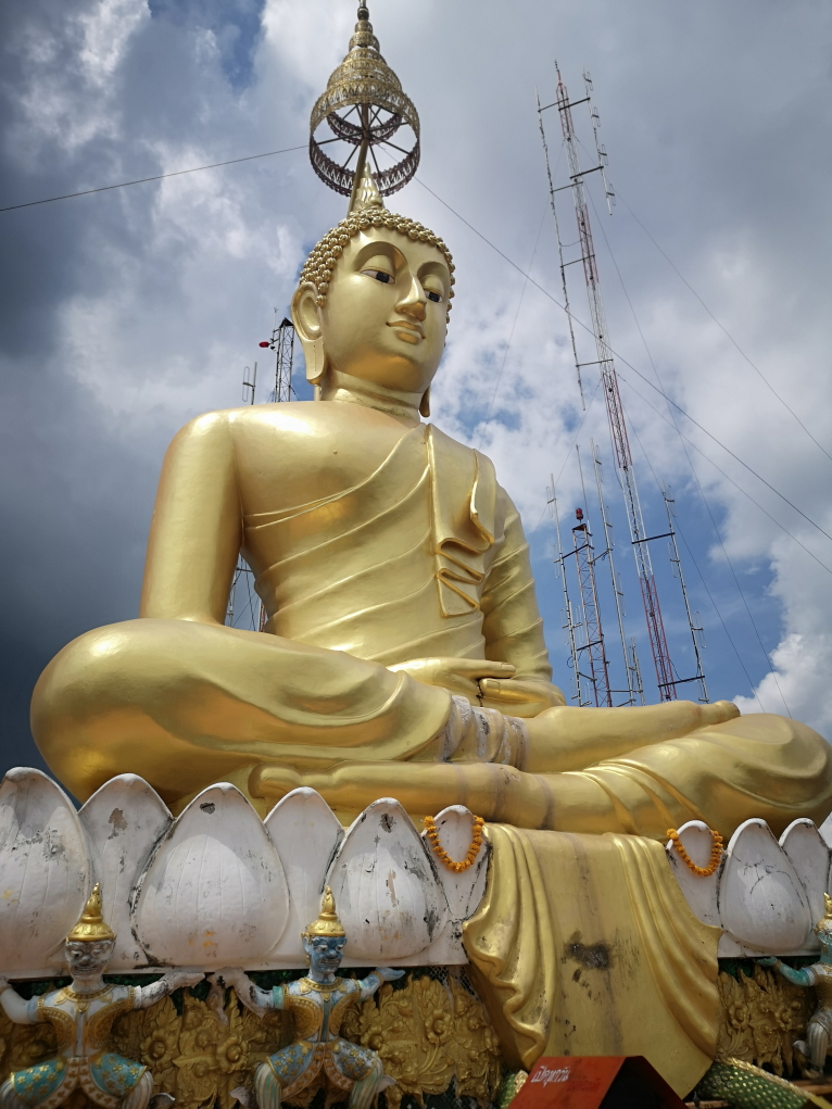 Le grand Bouddha doré au sommet