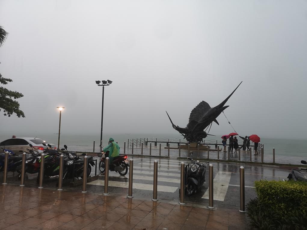 Une statue d'espadon sous la pluie à Ao Nang