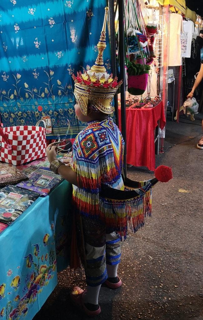 Un petit garçon en habits traditionnels