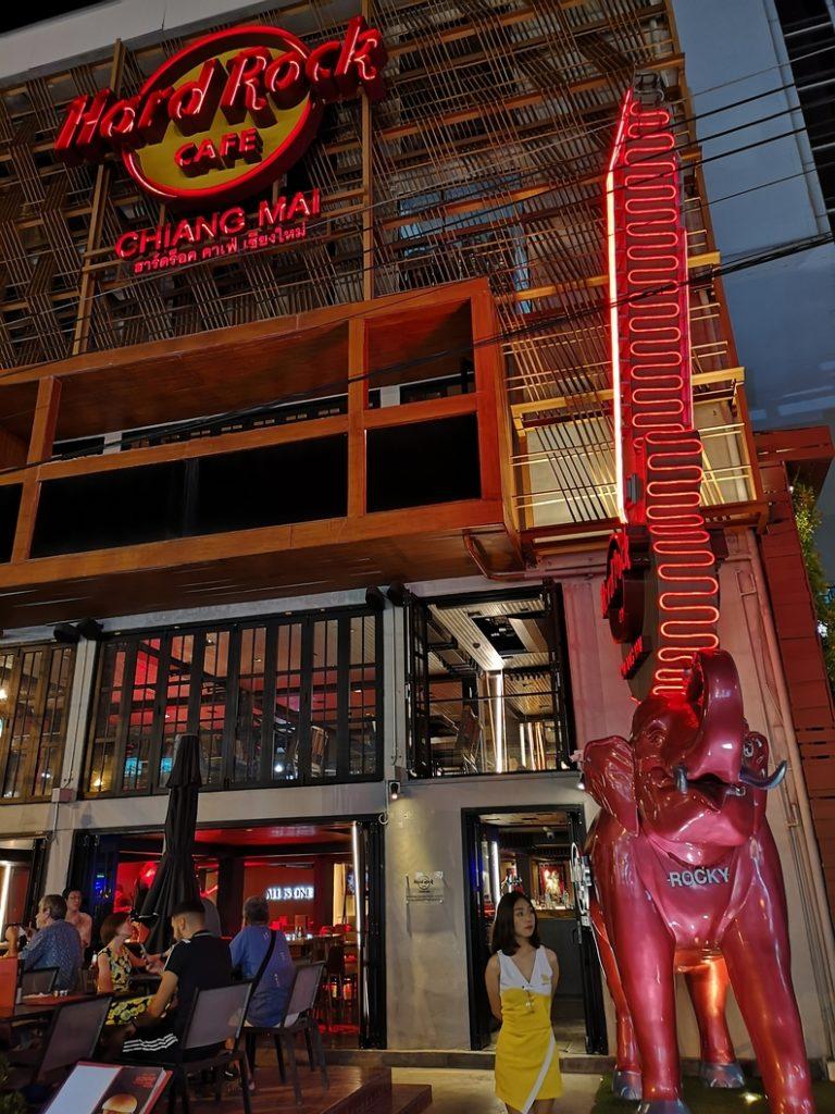 La façade du Hard Rock Café de Chiang Mai avec Rocky l'éléphant