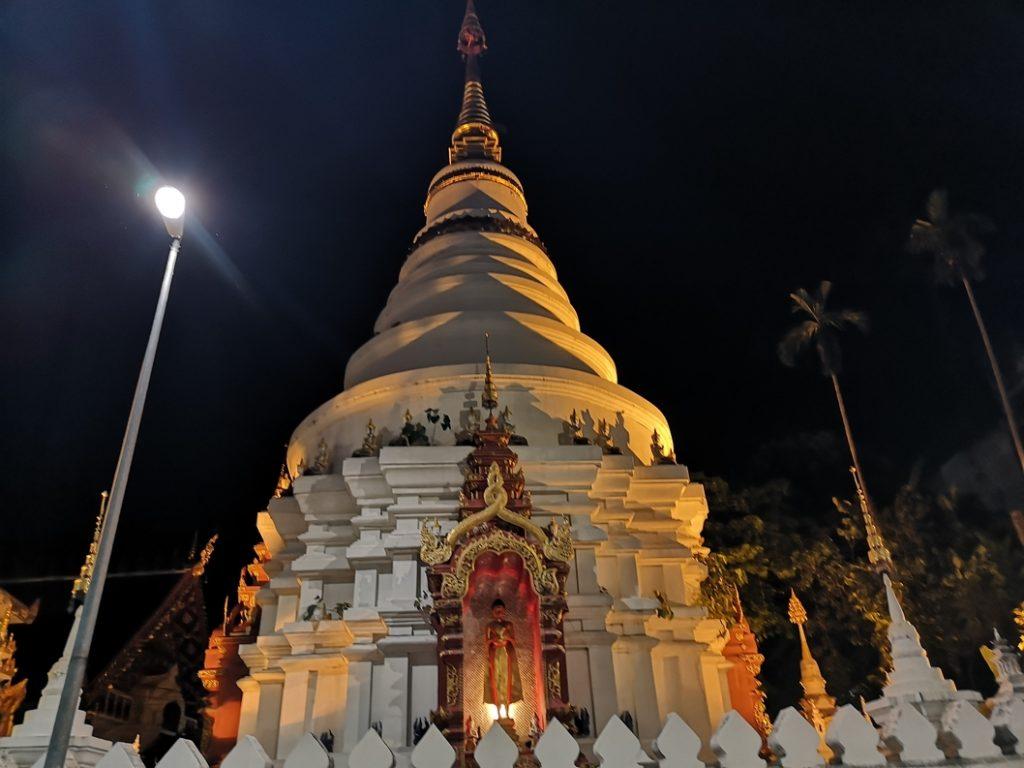 La tour d'un temple de nuit dans les rues de Chiang Mai
