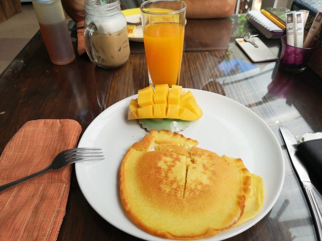 Banana Pancake avec mangue pour le petit déjeuner