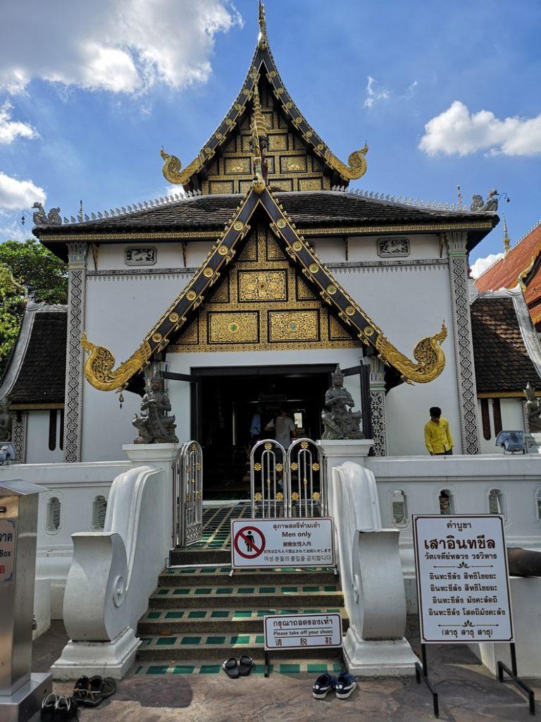 Bâtiment dans le Wat Chedi Luang - Réservé aux hommes