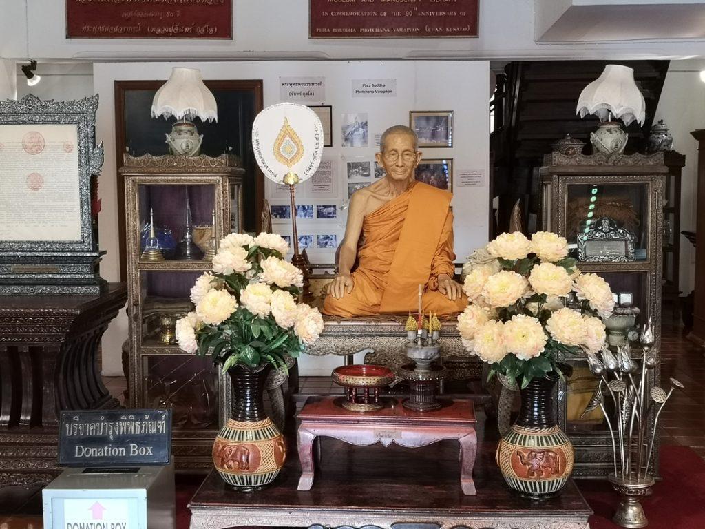 Une statue de cire à taille humaine au Wat Chedi Luang. Il m'a fallut un moment pour être sûr que c'était un faux. C'est flippant comme statue..