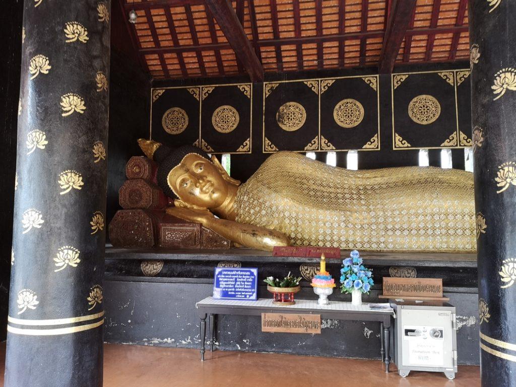 Un Bouddha allongé au Wat Chedi Luang