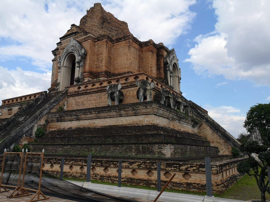 Le chedi du Wat Chedi Luang - On aperçoit bien les statues d'éléphant au pied