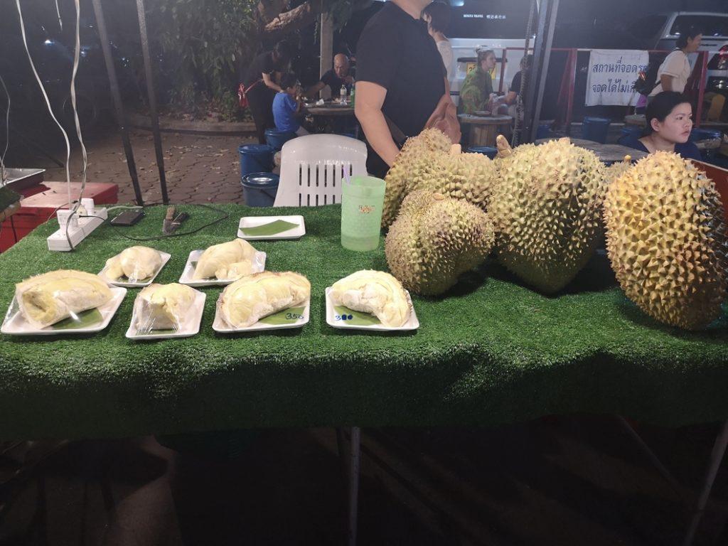 Du durian, fruit exotic par excellence qui pue. Il est interdit dans le métro à Singapour
