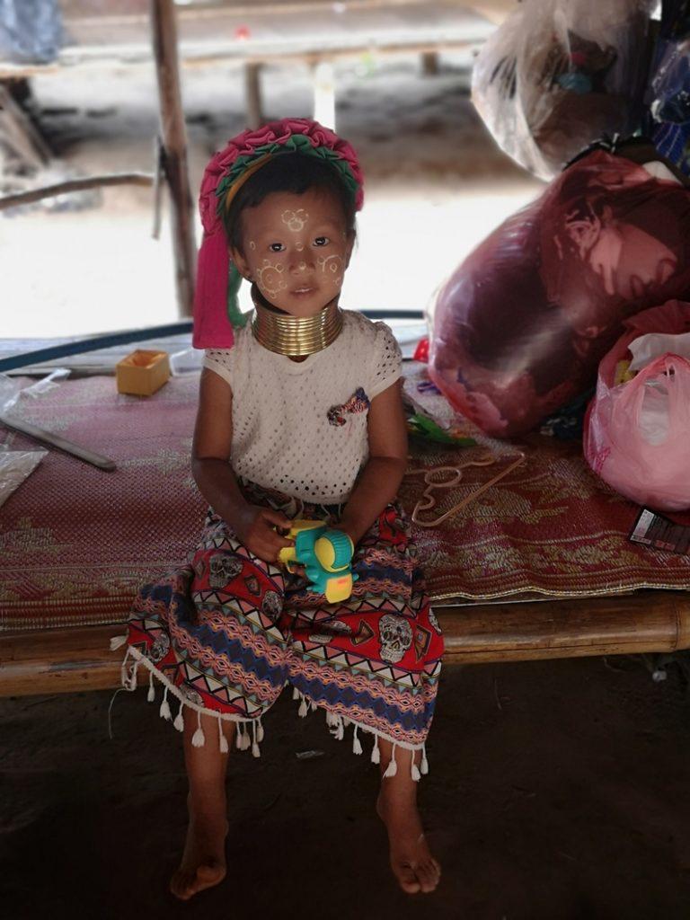Une petite fille habitante du village Karen