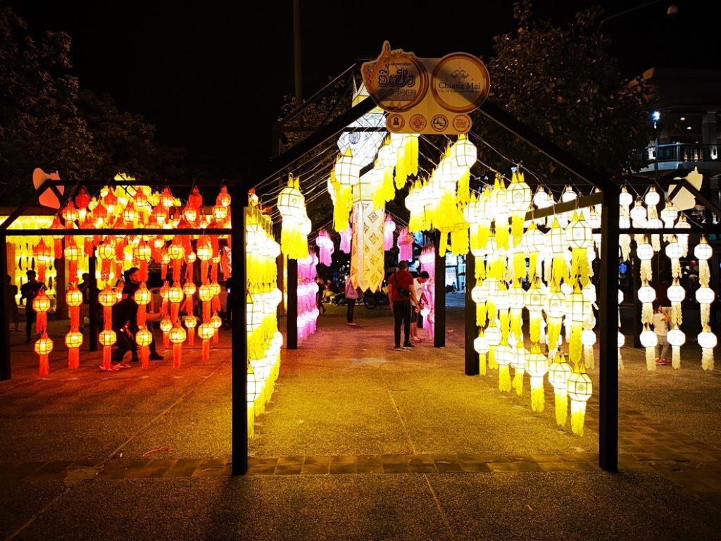 Illuminations devant la porte Tha Phae