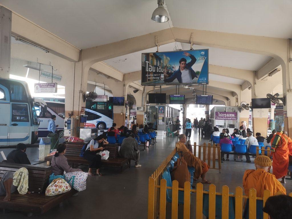 Bus Terminal 1 de Phitsanulok: l'espace délimité par les barrières orange est réservé aux moines bouddhistes