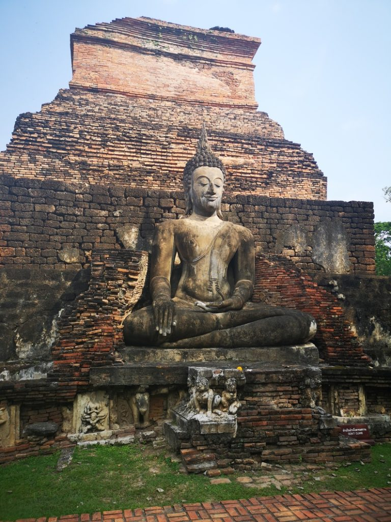 Bouddha derrière le Wat Mahāthāt