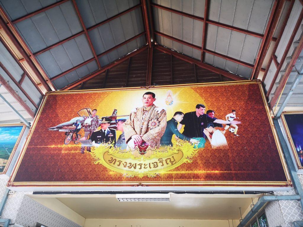 Petite propagande autour du roi à la gare routière