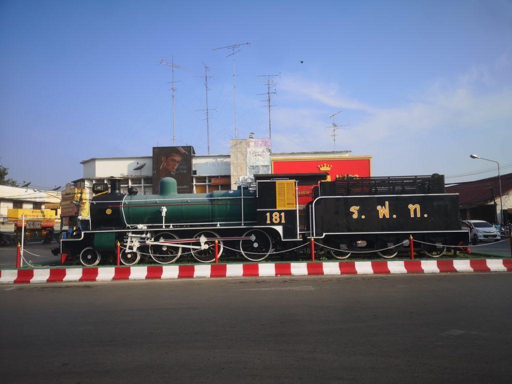 Locomotive en exposition devant la gare de Phitsanulok