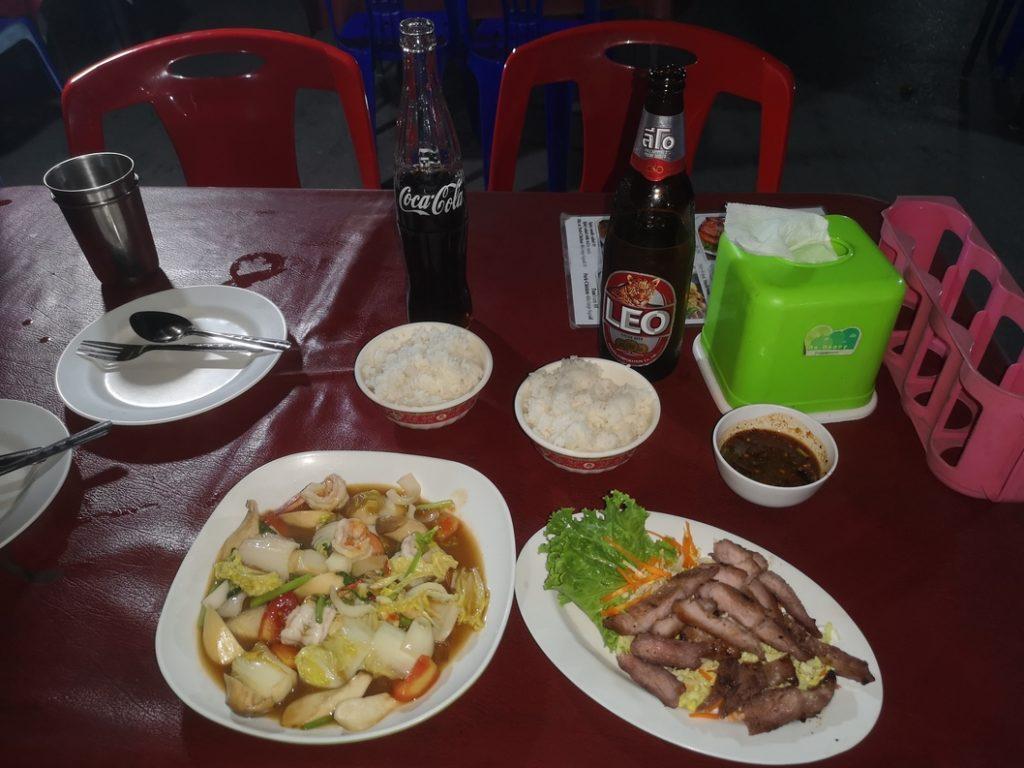 Repas au marché nocturne d'Ayutthaya: porc en sauce et crevettes sautées
