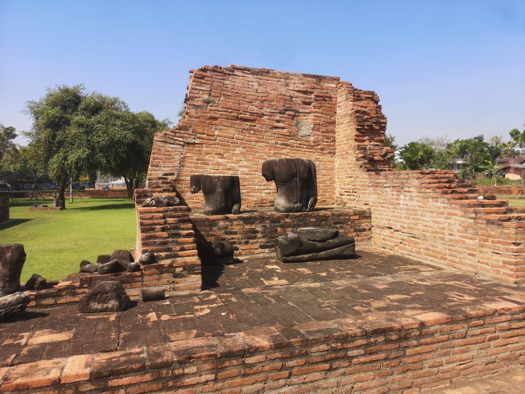 Statues de Bouddha décapitées au Wat Ratcha Burana