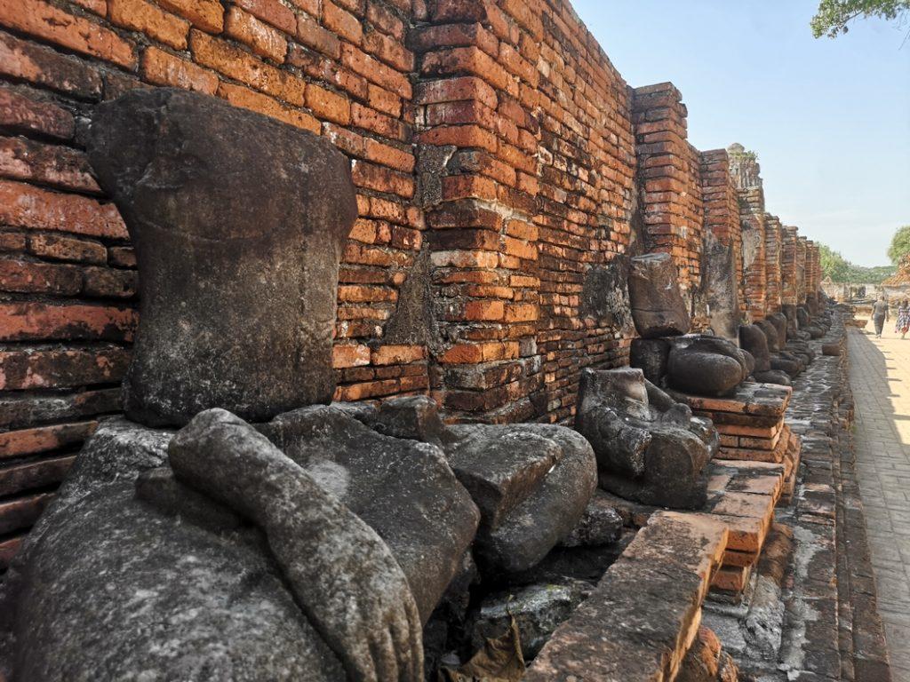 Des statues de Bouddha décapitées au Wat Mahathat