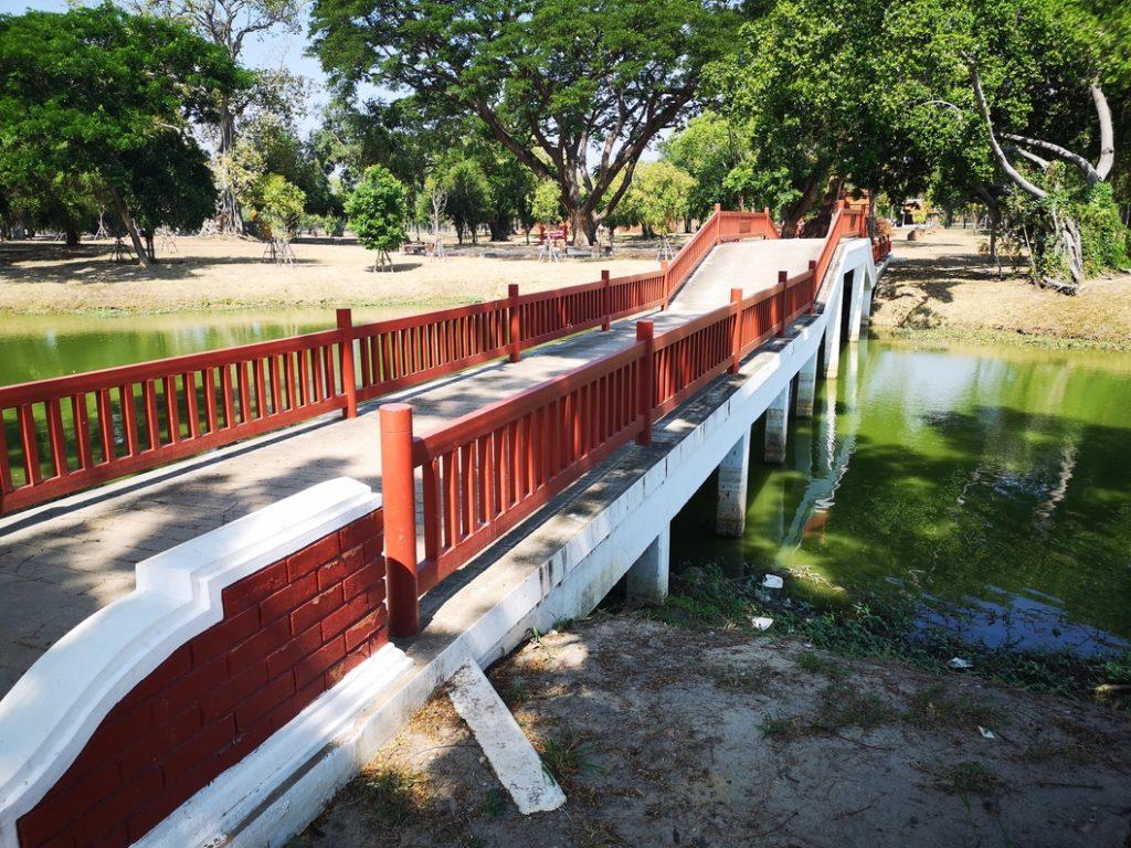 Pont traversant un canal dans le Rama Public Park