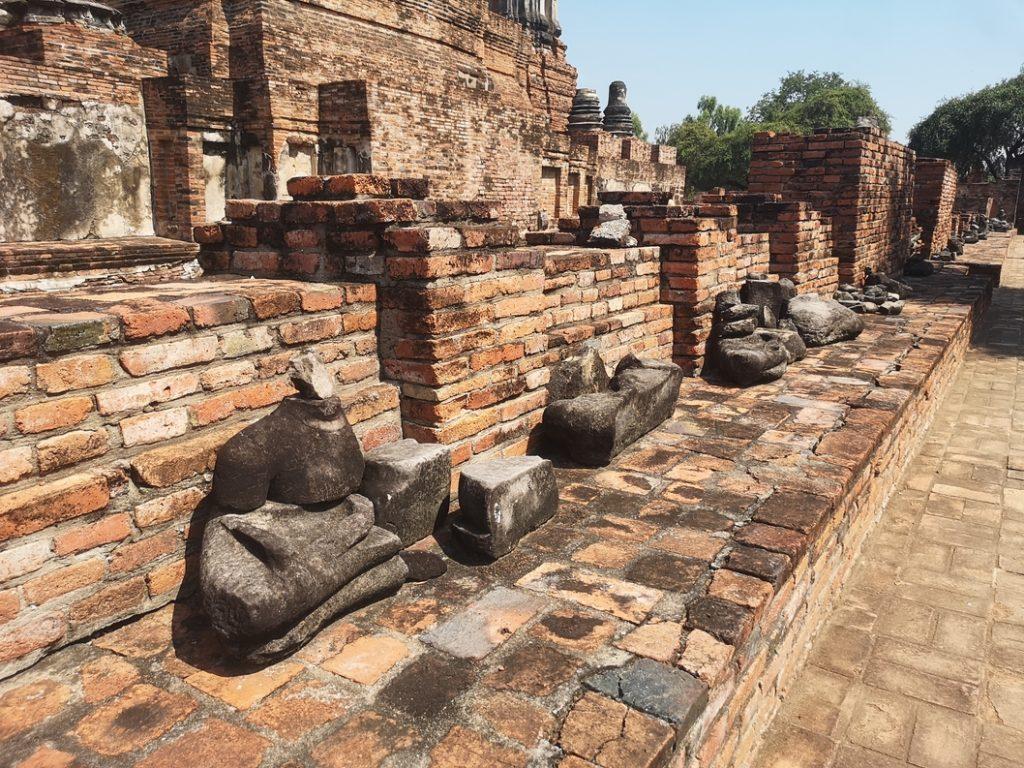 Statues de Bouddha décapitées au Wat Phra Ram