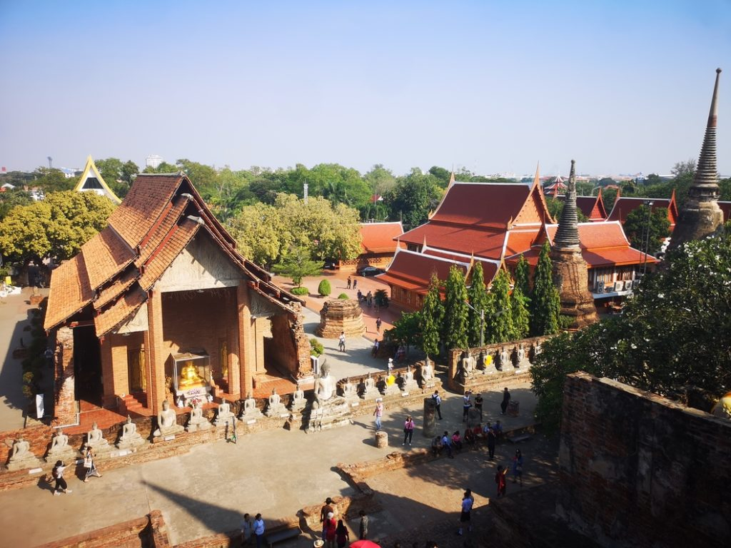 Vue depuis le chedi du Wat Yai Chai Mongkhon