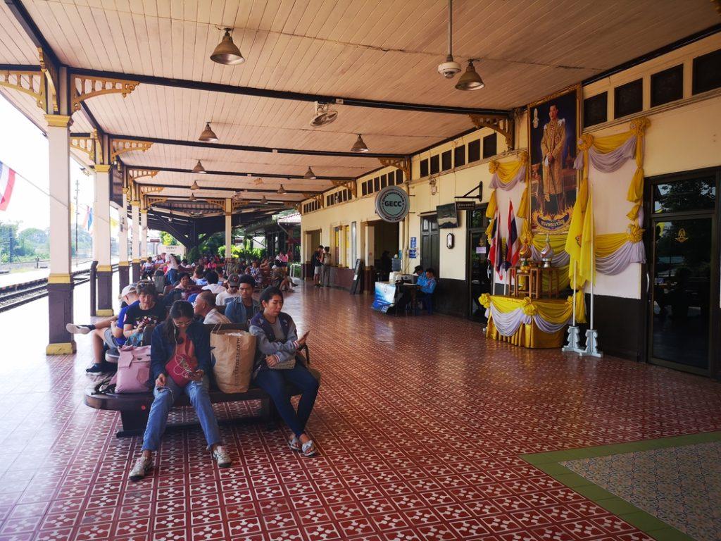 Patience en gare d'Ayutthaya