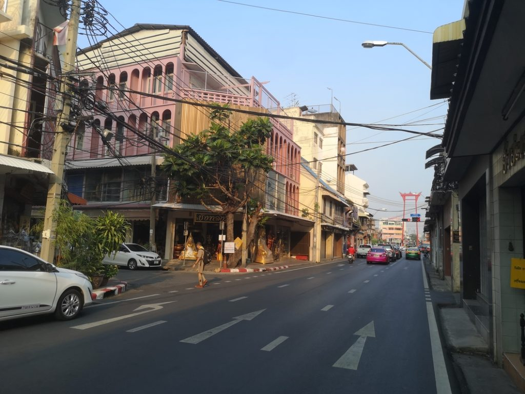 Une rue de Bangkok en approchant la grande balançoire
