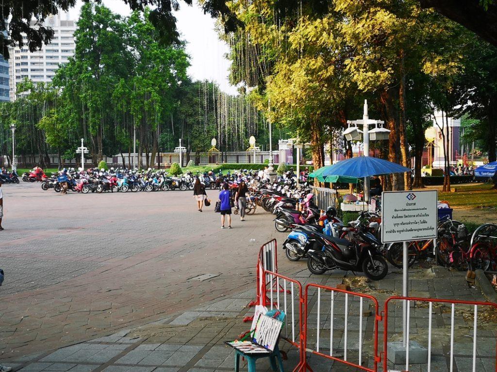 Parking de scooters devant le Lumpini Park