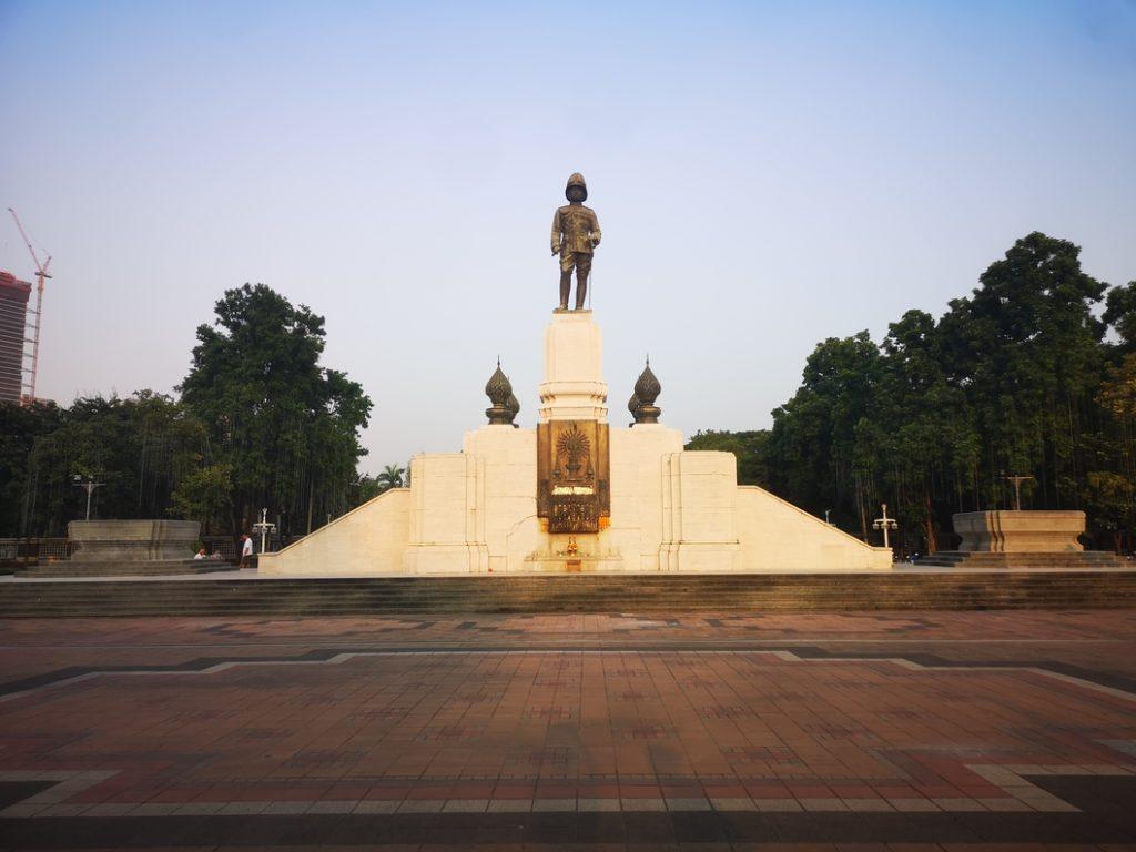 Une statue devant le Lumpini Park