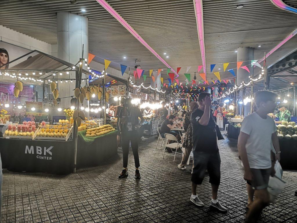 Sorte de marché nocturne au MBK Center