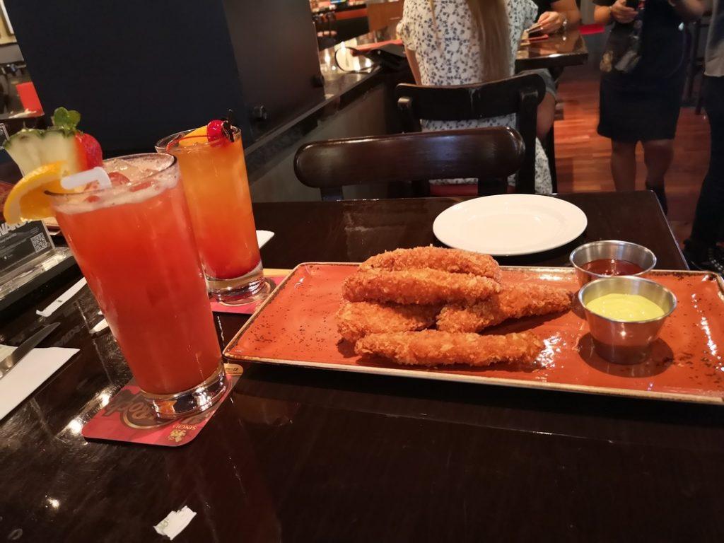Apéro: Cocktails et filets de poulets panés gratuits