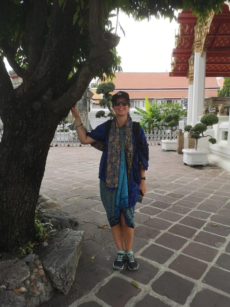 Laura apprêtée pour entrer dans le Wat PHo