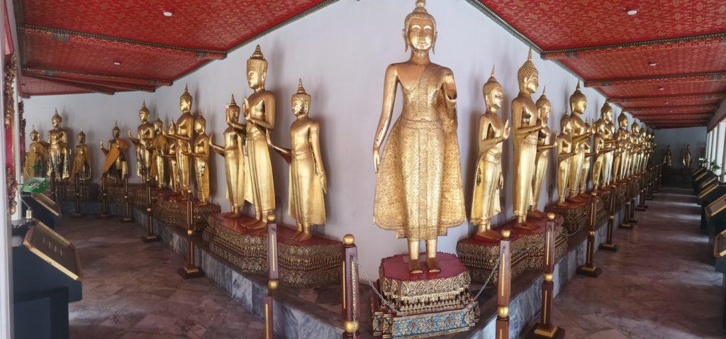 Un angle de bâtiment et encore des statues de Bouddha