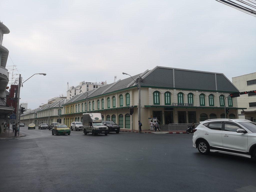 Le bâtiment de la station du métro pris la veille
