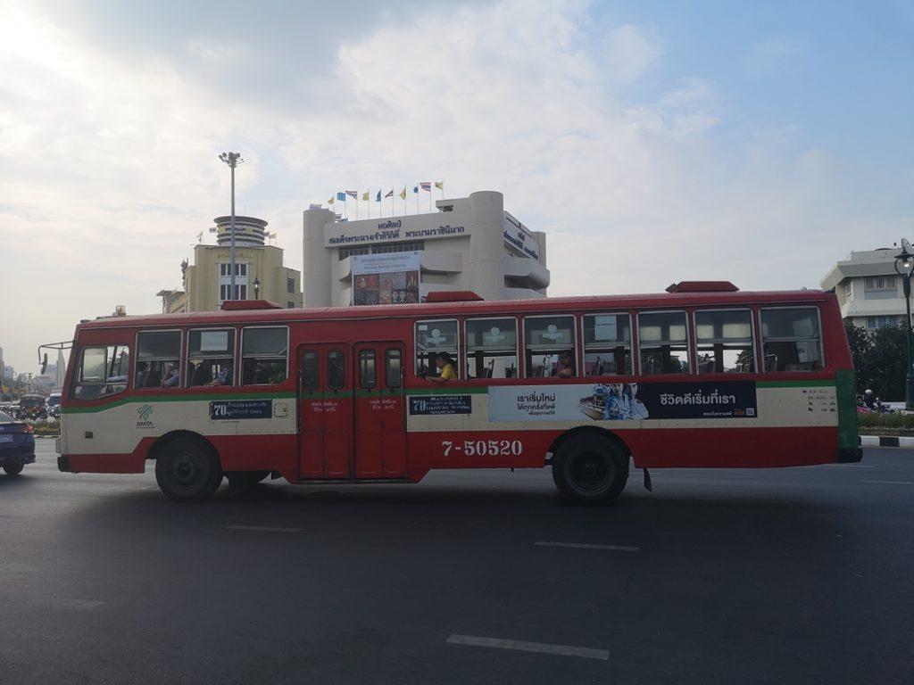L'un des bus de Bangkok. Si on arrive à savoir comment les utiliser, je pense que c'est un moyen plus économique pour se déplacer
