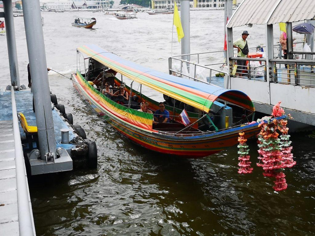 L'un des nombreux bateaux permettant de se déplacer sur le fleuve de Bangkok