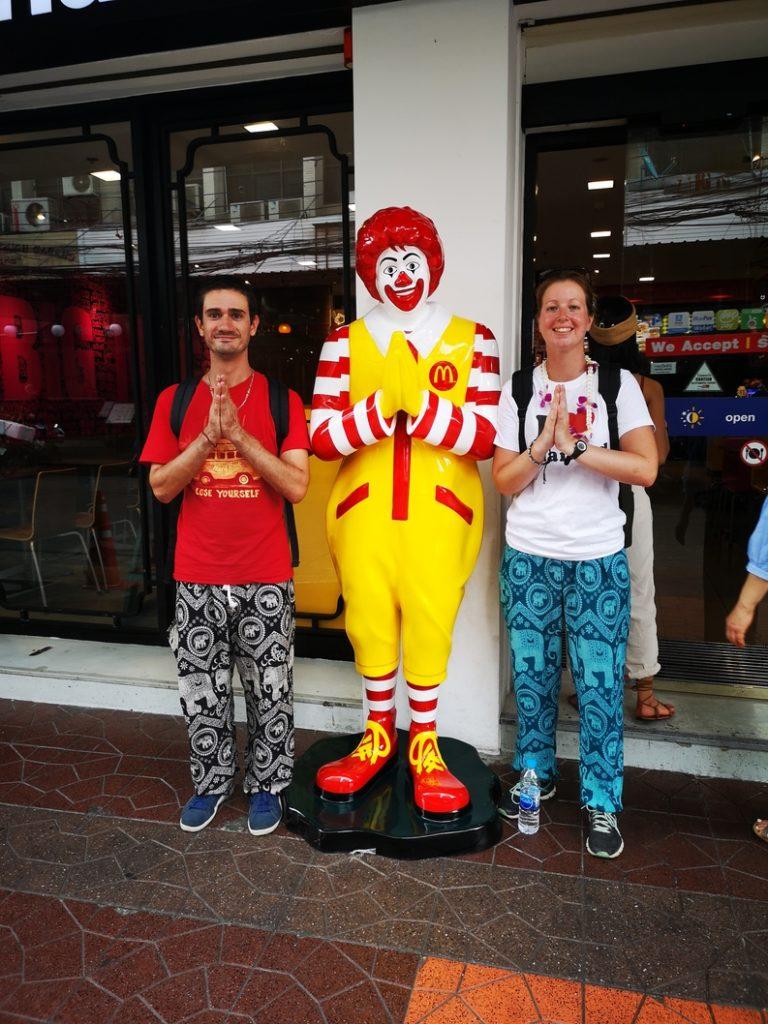 Nous et Ronald réalisant le Wai, le salut de politesse propre à la Thaïlande