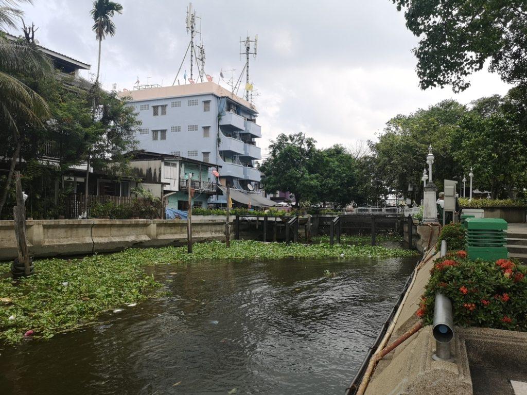Canal longeant le Santi Chai Prakan Public Park