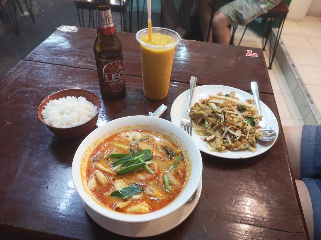 Notre dernier grand repas en Thaïlande: Nouilles sautées à la coco et Tom Yun Kung, soupe de nouilles populaire en Thaïlande