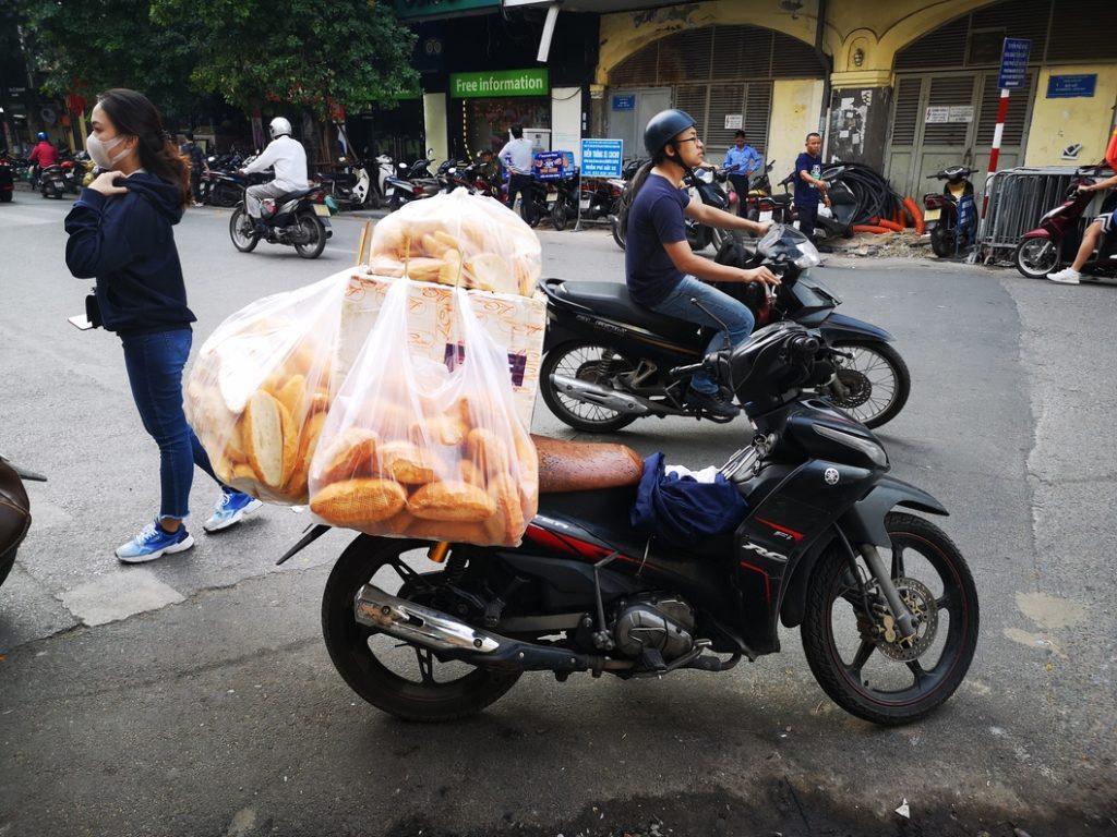 En scooter, le livreur de pain!
