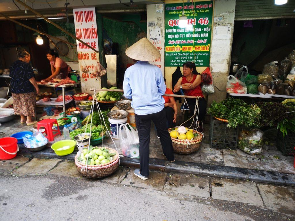 Un marchand de légumes au bord de la route