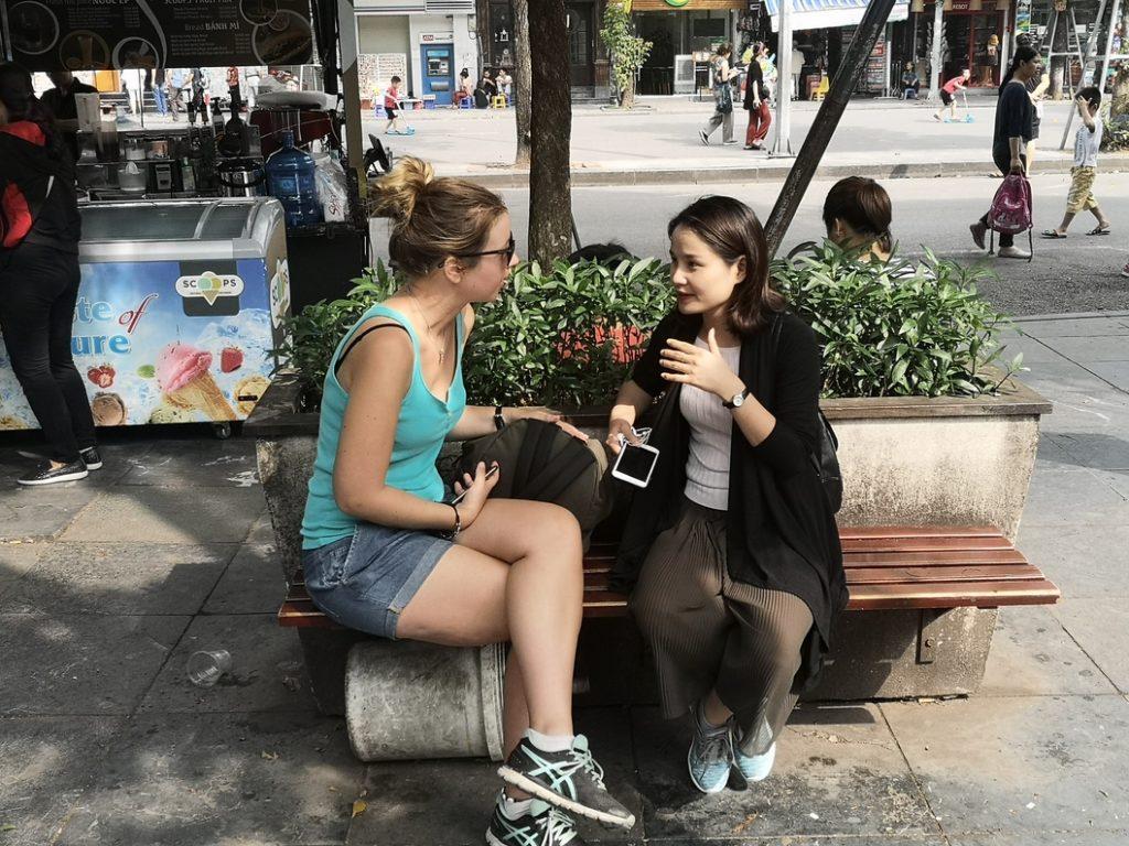 Laura en pleine conversation avec une viet