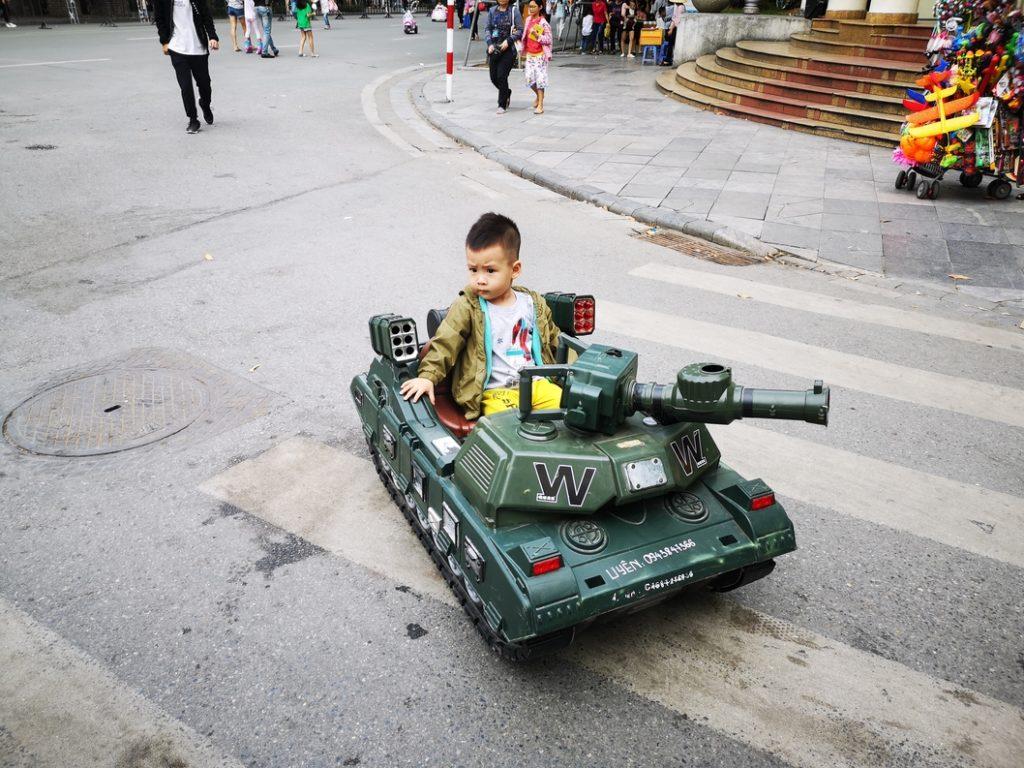 Un petit garçon dans un tank télécommandé - Le père était avec la manette un peu plus loin. Qui s'amuse réellement?