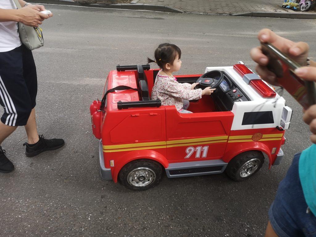 Une petite fille dans un camion de pompiers