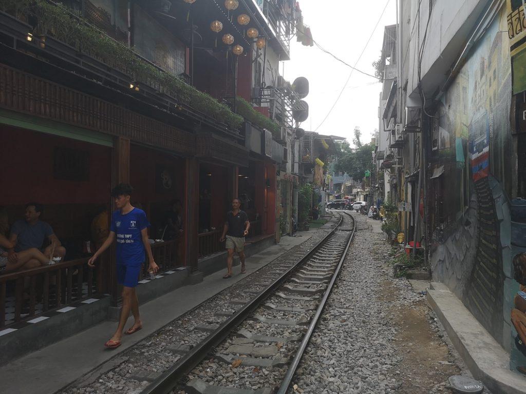 Une ruelle où le train passe