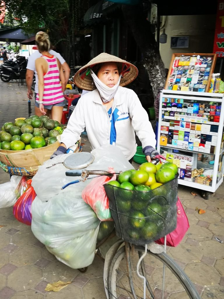 Une marchande de fruits ambulante