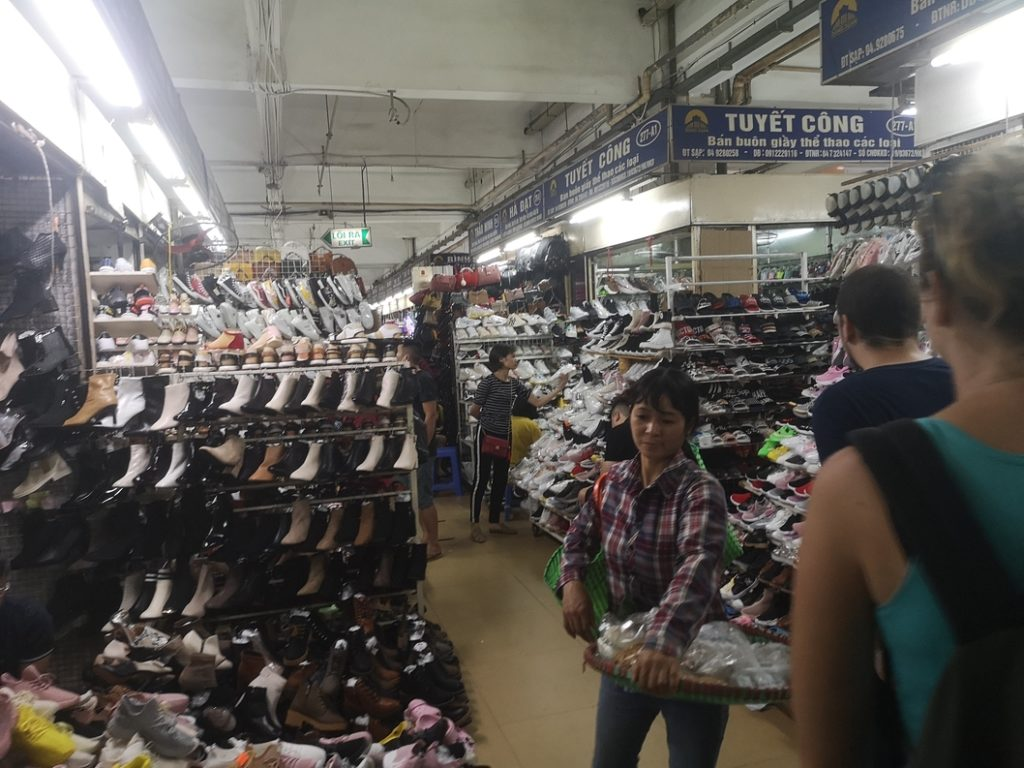 Des étalas de chaussures au marché couvert de Hanoï