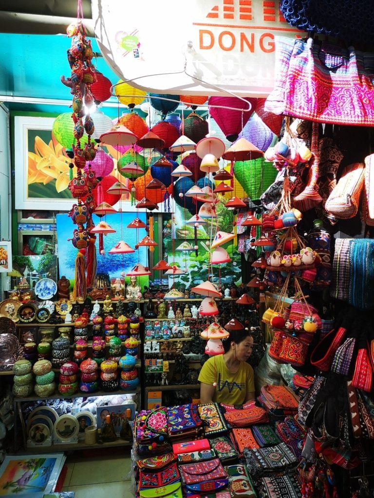 Des souvenirs en tout genre au marché couvert d'Hanoï